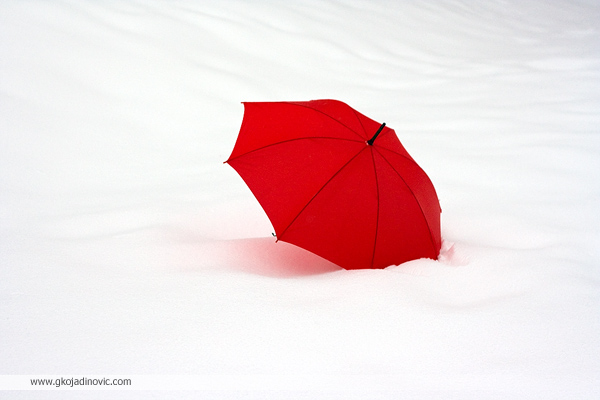 crveni kišobran u snegu, red umbrella in the snow, zima, winter