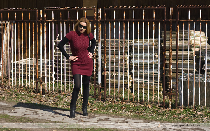 model, crvena tunika, red tunic, sjajne crne helanke, shiny black leggings, čizmice, ankle boots