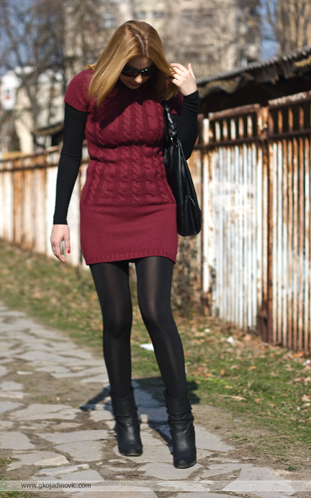 model, crvena tunika, red tunic, sjajne crne helanke, shiny black leggings, Aleksandra Kiš Collection, čizmice, ankle boots